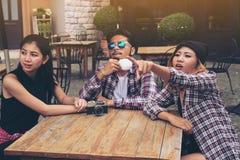 Étudiants asiatiques et arabes en café Photos libres de droits