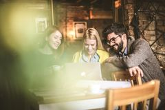 Étudiants au café utilisant l'ordinateur portable Images stock