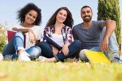 Étudiants au campus d'école Image stock