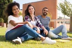 Étudiants au campus d'école Images libres de droits