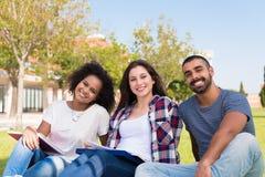 Étudiants au campus d'école Images stock