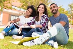 Étudiants au campus d'école Image libre de droits