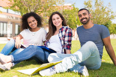 Étudiants au campus d'école Photographie stock