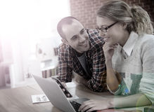 Étudiants au travail sur un ordinateur portable Images libres de droits