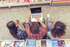 Étudiants avec l'instrument à la librairie Photos stock