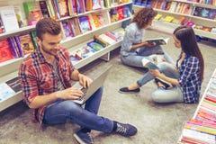 Étudiants avec l'instrument à la librairie Images libres de droits