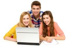 Étudiants avec l'ordinateur portatif Photo stock