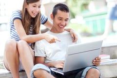 Étudiants avec l'ordinateur portatif Images libres de droits
