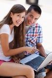 Étudiants avec l'ordinateur portatif Images stock
