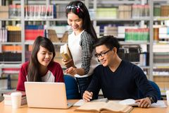Étudiants avec l'ordinateur portatif Photographie stock libre de droits