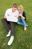Étudiants avec l'ordinateur portatif photos stock