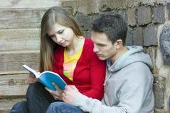 Étudiants avec le livre photo stock