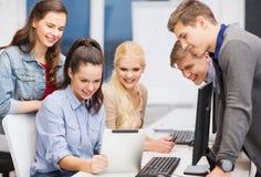 Étudiants avec le moniteur d'ordinateur et le PC de comprimé Images libres de droits