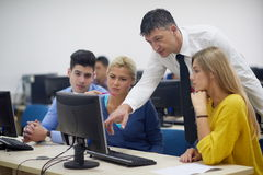 Étudiants avec le professeur dans le classrom de laboratoire d'ordinateur Photographie stock