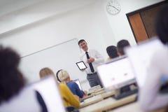 Étudiants avec le professeur dans le classrom de laboratoire d'ordinateur Images stock