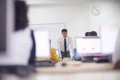 Étudiants avec le professeur dans le classrom de laboratoire d'ordinateur Photographie stock libre de droits