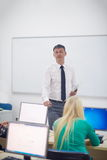 Étudiants avec le professeur dans le classrom de laboratoire d'ordinateur Photos libres de droits