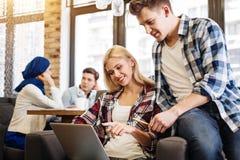 Étudiants avec plaisir positifs ayant le repos dans le café Image libre de droits