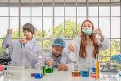 Étudiants ayant des expériences de chimie dans le laboratoire de science image libre de droits