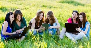 Étudiants ayant l'amusement sur l'Internet photographie stock