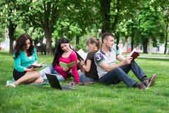 Étudiants ayant la leçon extérieure Photographie stock libre de droits