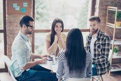 Étudiants ayant la réunion dans un café et discutant les dernières nouvelles Jolies personnes travaillant ensemble dans le lieu d Photographie stock libre de droits