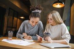 Étudiants ayant un déjeuner d'affaires écrivant à l'intérieur dans le carnet Images libres de droits