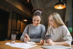 Étudiants ayant un déjeuner d'affaires prenant à l'intérieur des notes Photo stock