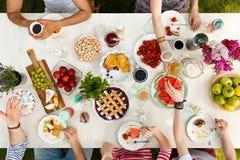 Étudiants ayant un repas dehors Images stock