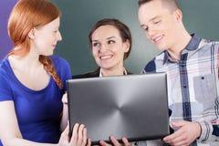Étudiants ayant une coupure sur des classes image libre de droits