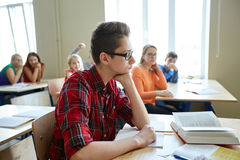 Étudiants bavardant derrière le dos de camarade de classe à l'école Photos stock
