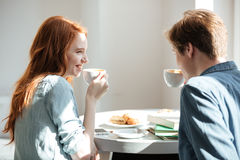 Étudiants buvant du café en café Photos libres de droits