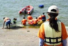 étudiants canoeing de bord de la mer Photo stock