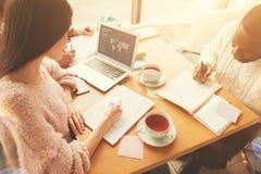 Étudiants concentrés travaillant sur le projet dans les sciences économiques Photo stock