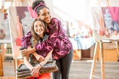 Étudiants créatifs au studio de peinture Images stock