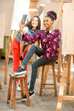 Étudiants créatifs pendant la coupure à l'université Image stock