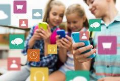 Étudiants d'école primaire avec des smartphones Photos stock