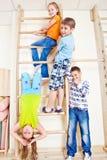 Étudiants d'école primaire en gymnastique Images libres de droits