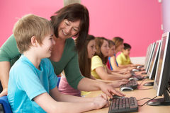 Étudiants d'adolescent dans LUI classe utilisant des ordinateurs Images libres de droits