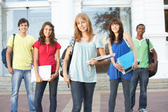 Étudiants d'adolescent restant la construction extérieure d'université Photo stock