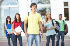 Étudiants d'adolescent restant la construction extérieure d'université Photographie stock