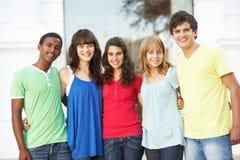 Étudiants d'adolescent restant la construction extérieure d'université Photographie stock libre de droits