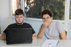 Étudiants d'adolescent travaillant à la salle de classe d'école avec de la La Images libres de droits