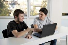Étudiants d'adolescent travaillant à la salle de classe d'école avec de la La Photographie stock