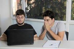 Étudiants d'adolescent travaillant à la salle de classe d'école avec de la La Image libre de droits