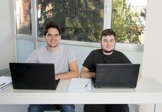 Étudiants d'adolescent travaillant à la salle de classe d'école avec de la La Photographie stock libre de droits
