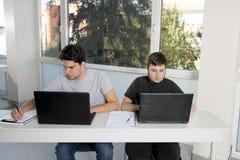 Étudiants d'adolescent travaillant à la salle de classe d'école avec de la La Image stock