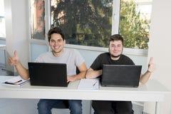 Étudiants d'adolescent travaillant à la salle de classe d'école avec de la La Photos stock
