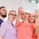 Étudiants d'amis prenant la photo d'individu avec le comprimé Image libre de droits