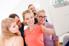 Étudiants d'amis prenant la photo d'individu avec le comprimé Images stock
